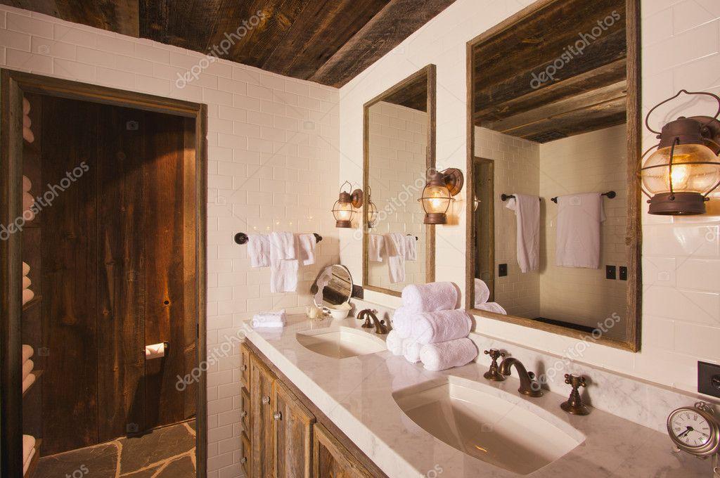 luxe rustieke badkamer met mijnbouw lampen — Stockfoto © Feverpitch ...