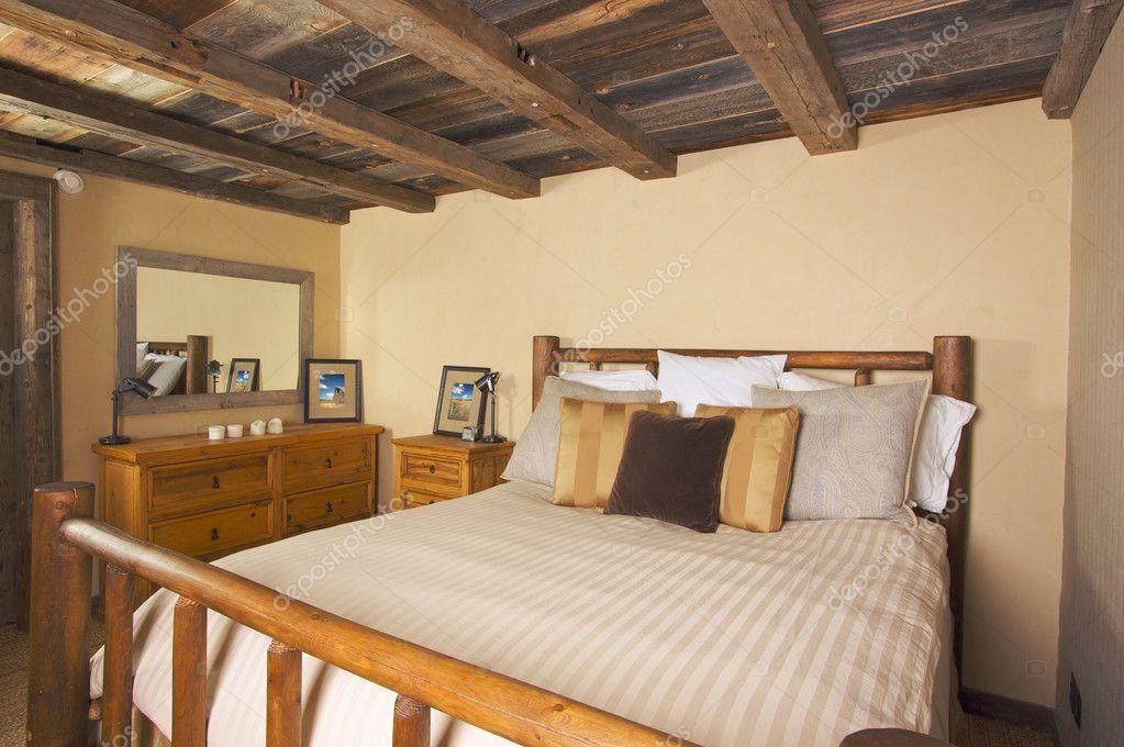 Landelijke Rustieke Slaapkamer : Luxe rustieke blokhut slaapkamer in een landelijke se u stockfoto