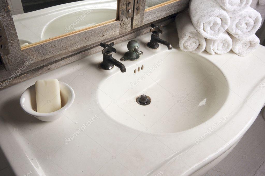 Rustiek Vintage Badkamer : Rustieke badkamer wastafel en spiegel u stockfoto feverpitch