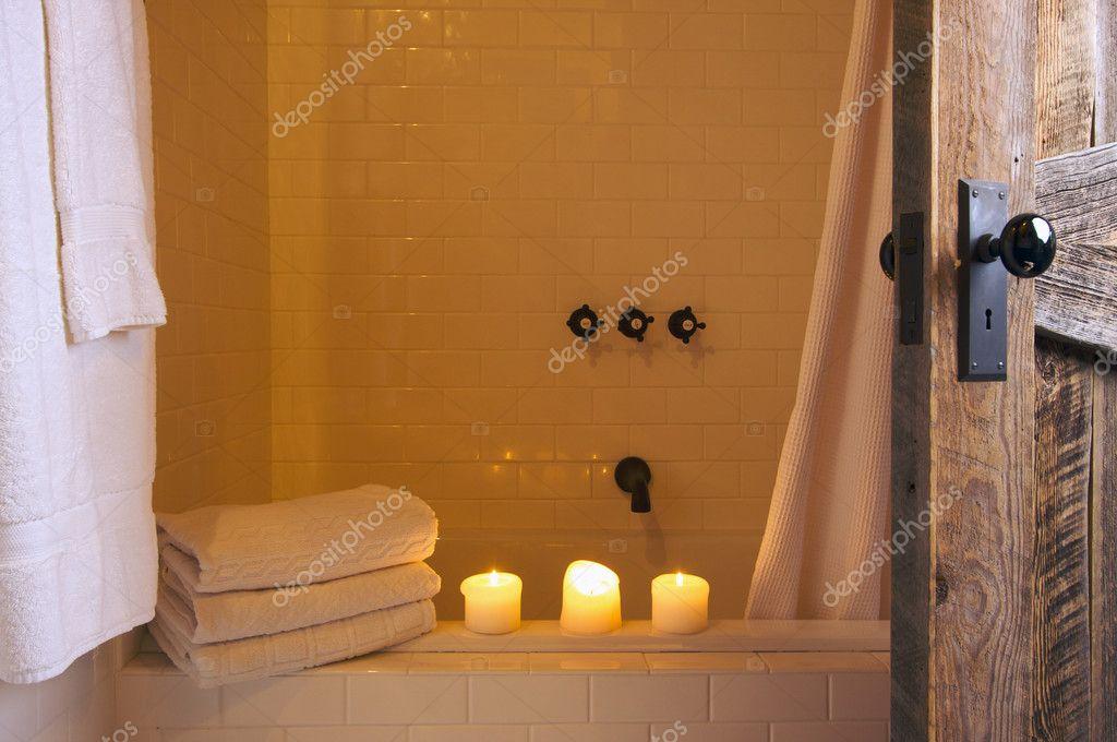 Rustikale Badezimmer Szene Mit Handtüchern Und Kerzen U2014 Stockfoto