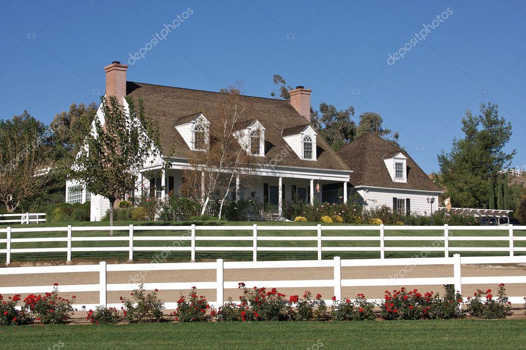 Modernes Haus Und Weissen Zaun Redaktionelles Stockfoto
