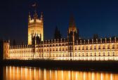 budova parlamentu v noci