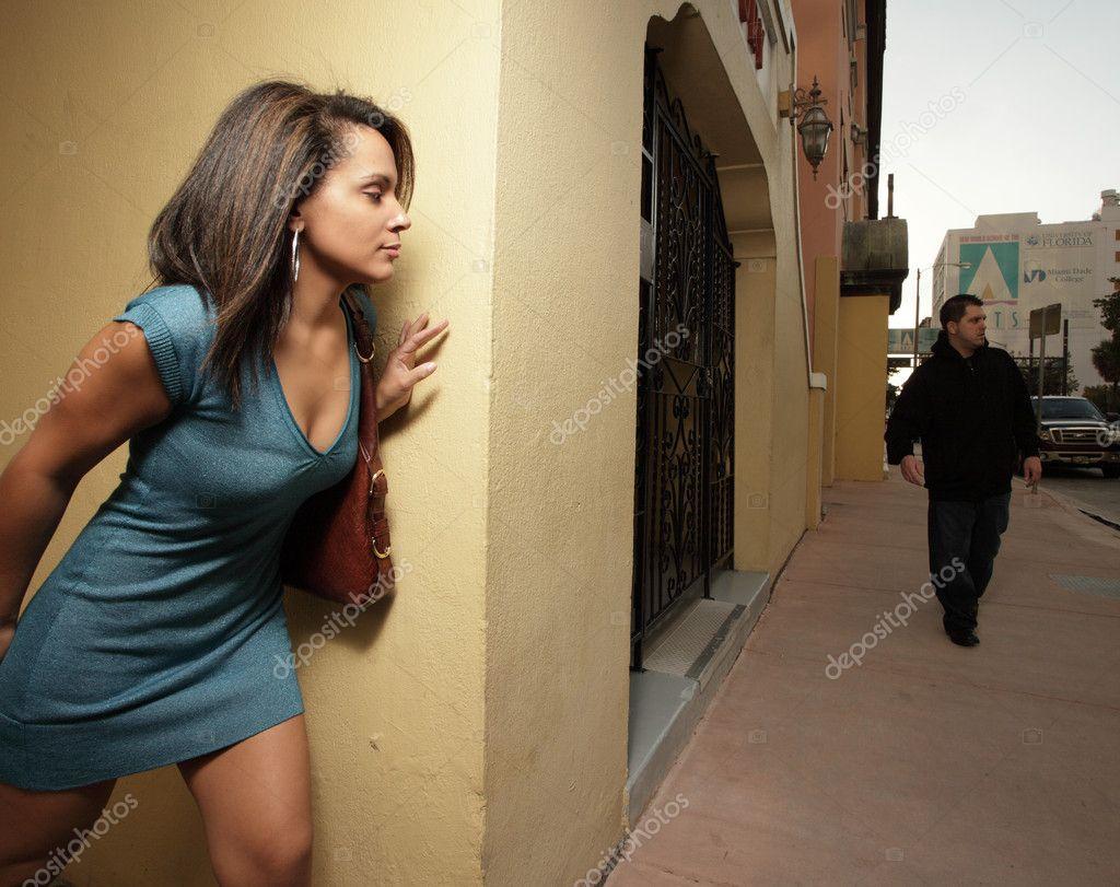 Mulher Escondendo O Estuprador Fotografia De Stock