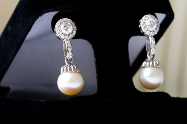Beautiful diamond pearl gold earrings
