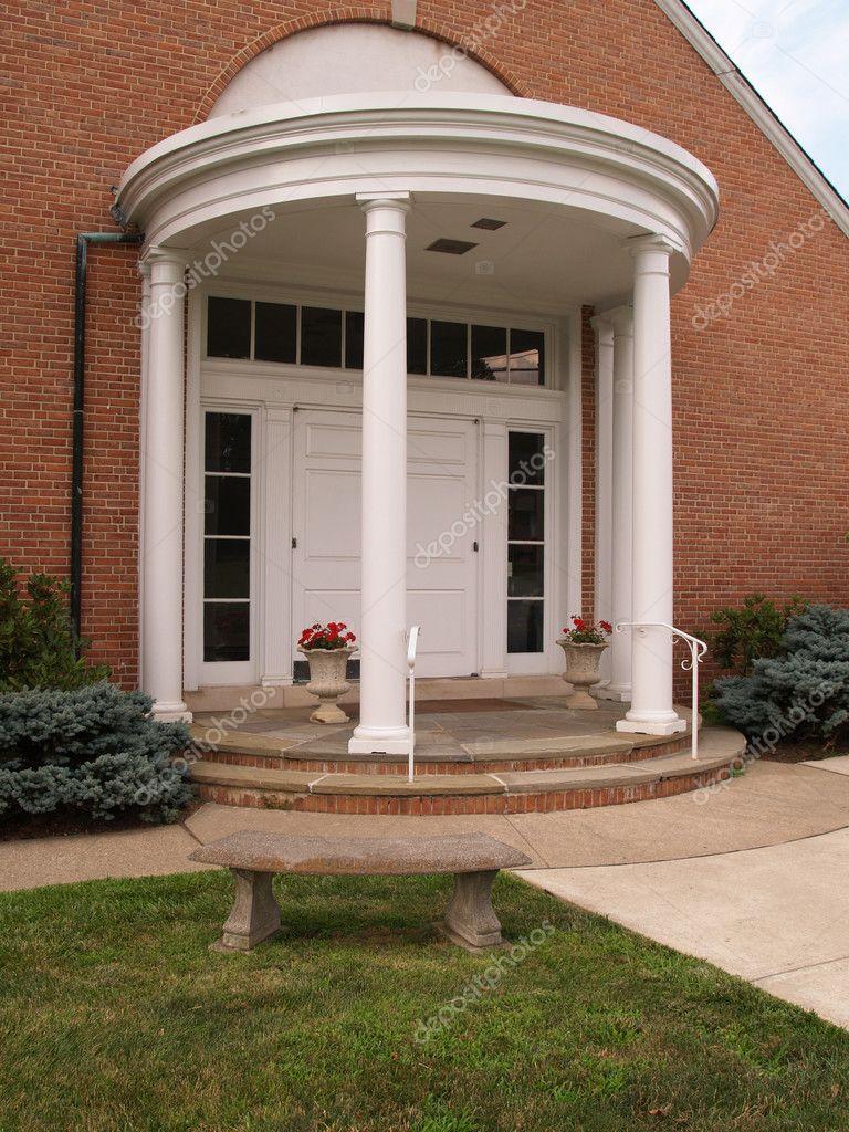 porche con columnas blancas para un edificio de ladrillo rojo u foto de cfarmer