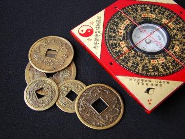 Feng shui pusulası ve Çin paraları.