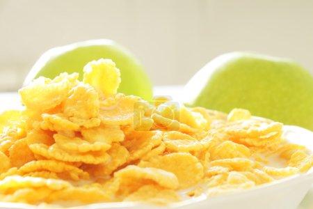 Foto de Cereales para el desayuno con leche - Imagen libre de derechos