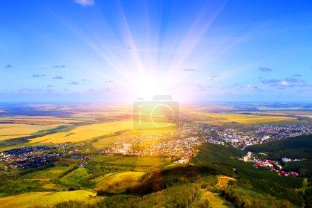 Photo pour Au lever du soleil. Vue sur la montagne - image libre de droit