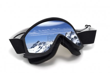 Photo pour Masques de ski avec le reflet des montagnes. isolé sur fond blanc - image libre de droit
