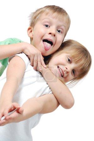 Foto de Niña de 5 años felices y chico sobre fondo blanco - Imagen libre de derechos