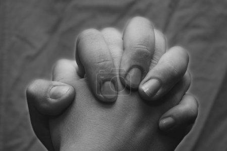 Photo pour Un couple tenant la main ferme  . - image libre de droit