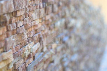 Photo pour Mur de briques moderne. Profondeur de champ faible . - image libre de droit