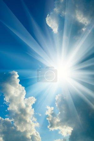 Photo pour Ciel nuageux et soleil - image libre de droit