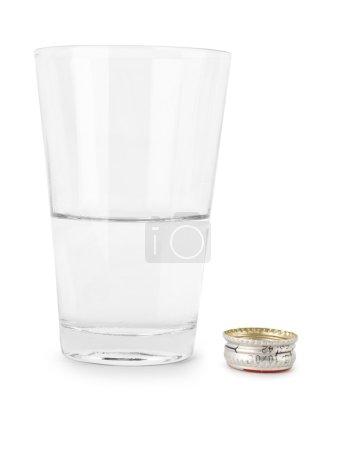 Photo pour Verre avec de l'eau et un fusible d'une bouteille isolée - image libre de droit