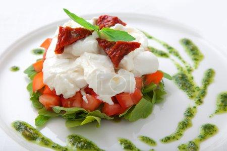 Plato con tomates, ensalada de ruccola