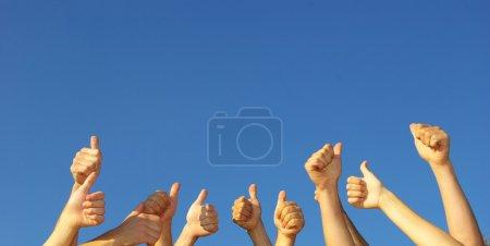 Photo pour Groupe des mains en l'air - image libre de droit
