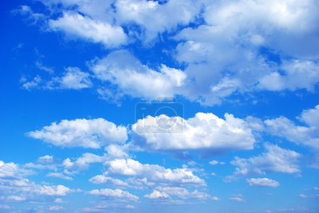 Photo pour Fond bleu ciel avec de minuscules nuages - image libre de droit