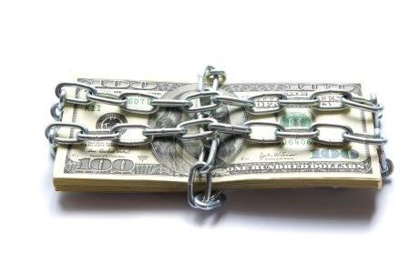 Photo pour Dollars verrouillé une chaîne sur un fond blanc - image libre de droit