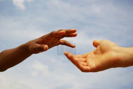 Photo pour Aider la main avec le fond du ciel - image libre de droit