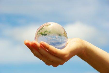 Photo pour Globe sur la main humaine - image libre de droit
