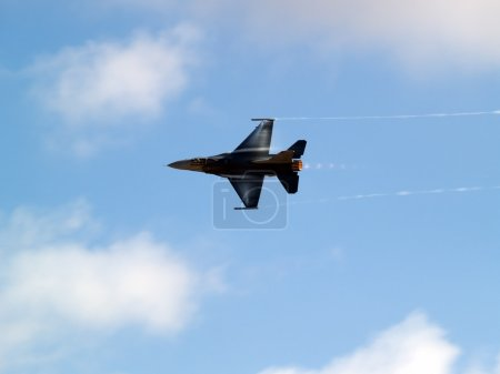 F-16 turns rapidly