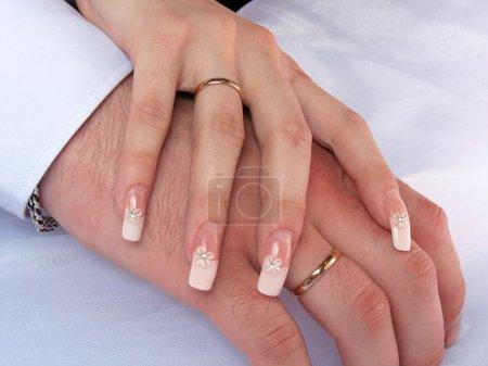 Photo pour Mains d'un homme et une femme avec anneaux de mariage - image libre de droit