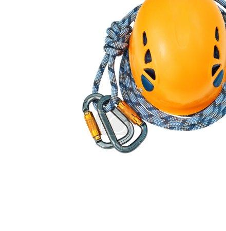 Photo pour Équipement d'escalade nouveau isolé - mousquetons sans rayures, un casque jaune et corde - image libre de droit