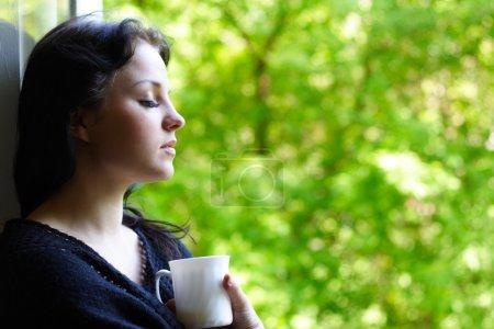 Photo pour Jeune fille charmante avec une tasse de café - image libre de droit