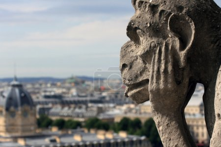 Photo pour Gargoyle regardant Paris depuis Notre Dame - image libre de droit
