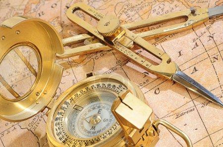 Photo pour Appareil de navigation à l'ancienne sur un fond une vieille carte - image libre de droit