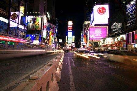 Photo pour Times Square, New York vie nocturne. New York, la ville la plus grande et la plus peuplée des États-Unis - image libre de droit