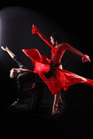 Photo pour Danseuse en action sur fond noir - image libre de droit
