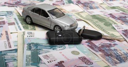 Photo pour La voiture jouet et clés de voiture contre les dénominations . - image libre de droit
