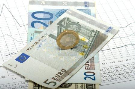Photo pour Dénominations en euros sur la table avec calculs . - image libre de droit