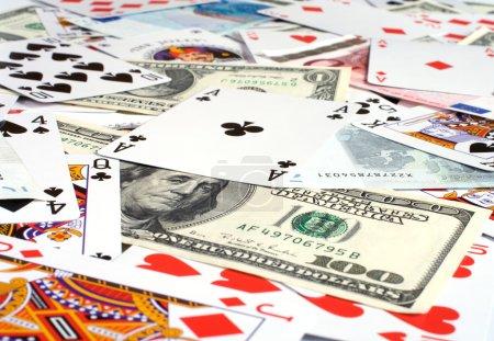 Photo pour Contexte des billets et des cartes à jouer un gros plan . - image libre de droit