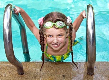 Photo pour Fille dans le sport lunettes de protection feuilles piscine . - image libre de droit