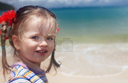 Photo pour Enfant mignon aux cheveux longus.Mer . - image libre de droit