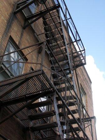 Photo pour Sortie de secours dans la ville avec ciel bleu et nuages - image libre de droit