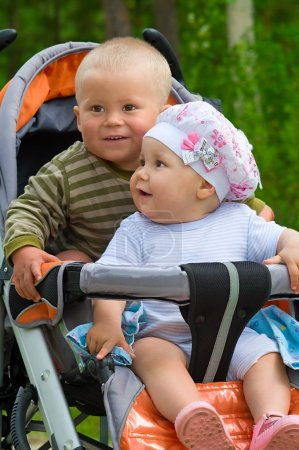 Foto de Dos niños en cochecito. Hay diferencia de un año de edad entre ellos. Son hermano y hermana - Imagen libre de derechos