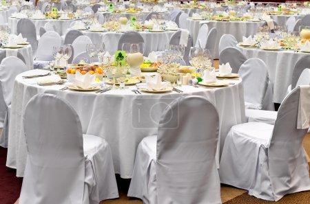 Photo pour Lieu de réception mariage blanc prêt pour les clients. tables de banquet élégante préparés pour une conférence ou une partie - image libre de droit