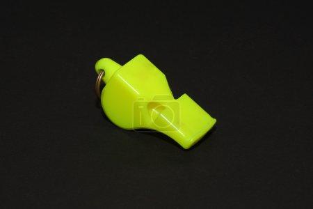 Photo pour Un sifflet jaune très professionnel - image libre de droit