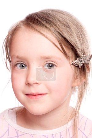 Photo pour Fille de 5ans heureux vous regarde avec intérêt isolé sur blanc - image libre de droit