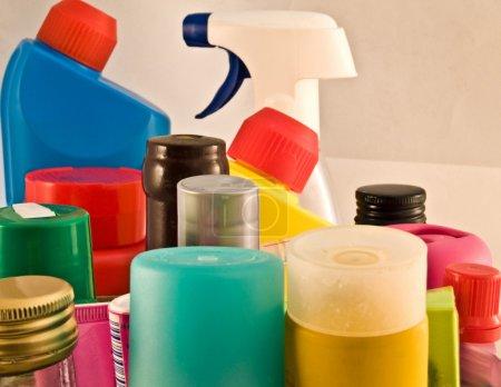 Photo pour Produits chimiques ménagers sur étagère - image libre de droit
