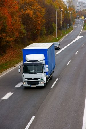 Photo pour Trafic routier sur une route - image libre de droit