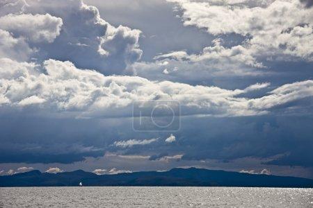 Photo pour Ciel nuageux juste avant la tempête sur le lac Titicaca - image libre de droit