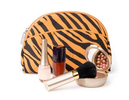 Photo pour Sac à main, cosmétiques, brosse, poudre, miroir, laque , - image libre de droit