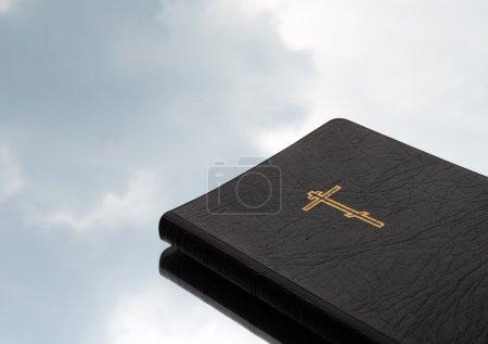 Photo pour Bible sur fond de ciel - image libre de droit