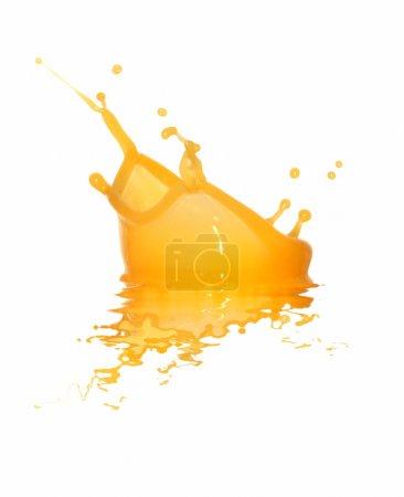 Photo pour Gros plan des éclaboussures de jus d'orange isolé sur fond blanc avec un tracé de détourage - image libre de droit