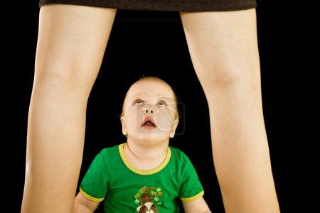Photo pour Garçon regarde sous une jupe pour maman - image libre de droit