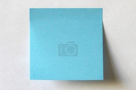 Photo pour Remarque autocollant couleur sur fond de papier blanc - image libre de droit